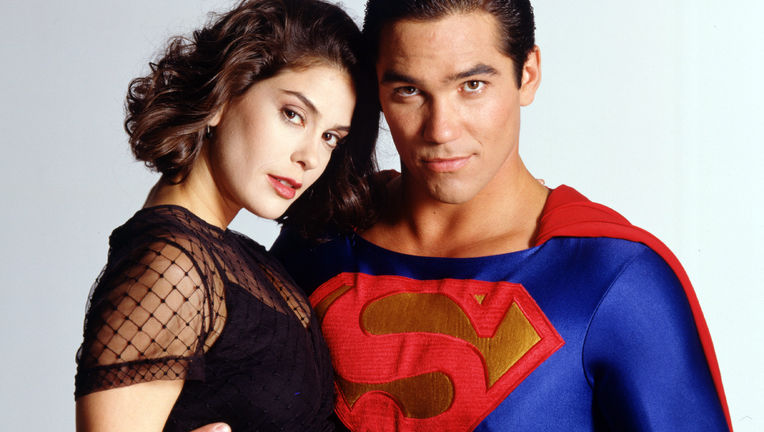 when does clark and lois start dating in smallville