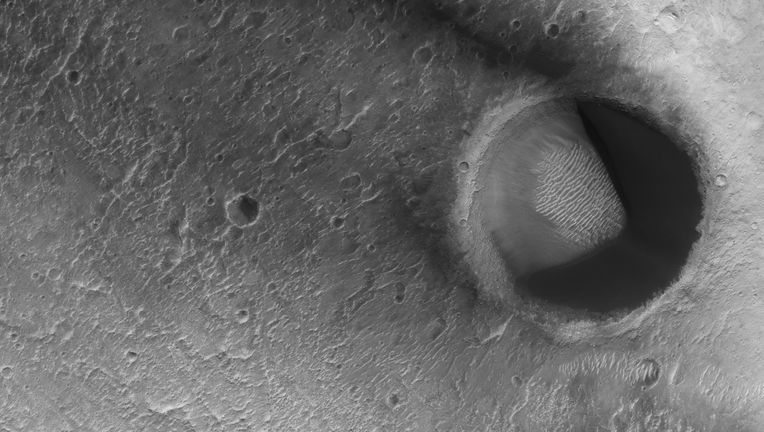 hirise_paA sand-filled dune on Mars looks more than a little bit like Pac-Man. Credit: NASA/JPL/University of Arizonacmandune_hero