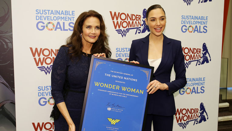 Lynda_Carter_and_Gal_Gadot.JPG