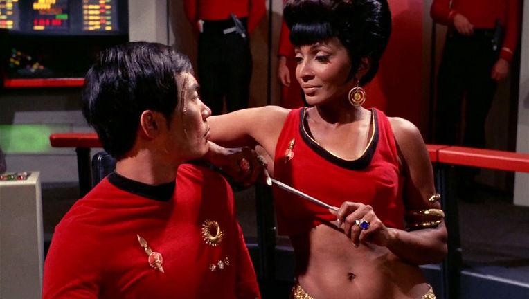 Uhura_distracts_Hikaru_Sulu_mirror.jpg