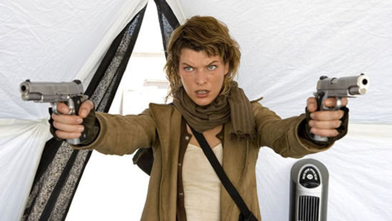 resident_evil_extinction_milla_jovovich_with_guns.jpg