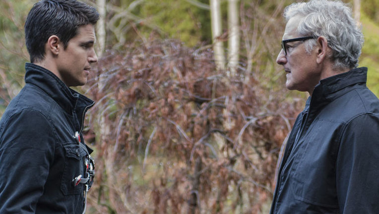robbie-amell-victor-garber-thecw.jpg