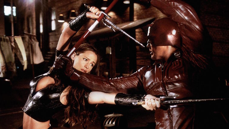 still-of-ben-affleck-and-jennifer-garner-in-daredevil-(2003)-large-picture.jpg