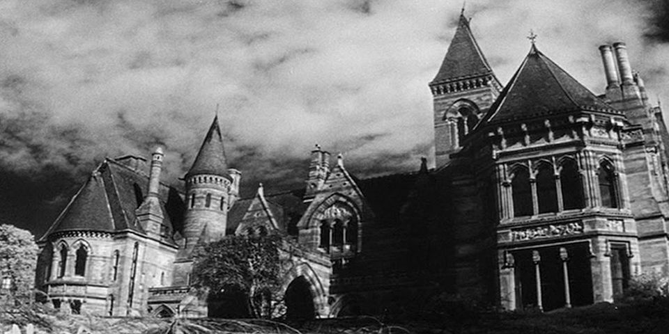 Horror classic the haunting of hill house to be remade by for Classic haunted house novels