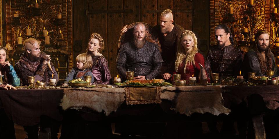 Ragnar dons cheesehead ahead of Vikings-Packers game